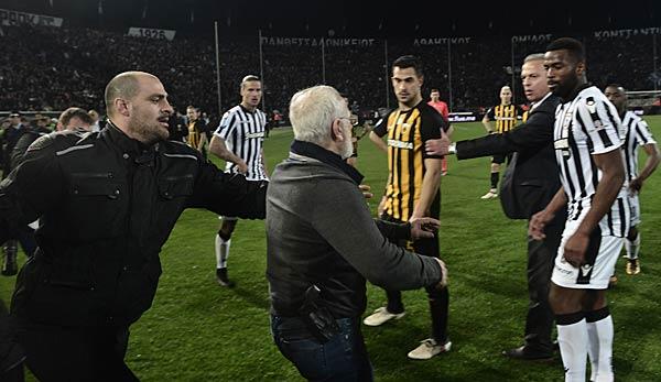 Eklat in Griechenland: Der PAOK-Besitzer Ivan Savvidis stürmt mit einer Waffe auf den Platz!