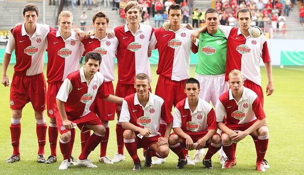Die U19 des FSV Mainz mit Jan Kirchhoff (Mitte oben) und Andre Schürrle (2.v.l.) vor dem Finale gegen den BVB.