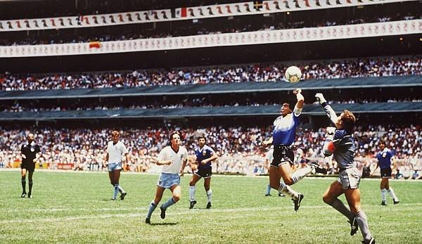 """Das 2:1 über England bei der WM 1986 ist das Spiel, mit dem Maradona für immer zeigt, wie nahe bei ihm Genie und Wahnsinn beieinanderliegen. Im Viertelfinale folgt auf die """"Hand Gottes"""" ein Solo für die Ewigkeit."""