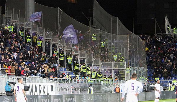 Er soll sterben: Fiorentina-Fans sorgen gegen Cagliari Calcio für einen Eklat