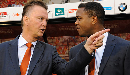 General van Gaal (l.) gibt den Ton can, Co-Trainer Kluivert hört zu