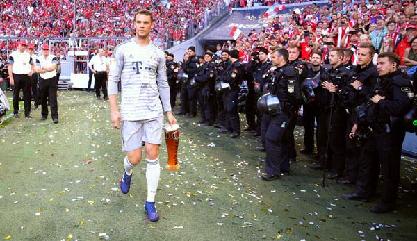 Manuel Neuer auf der Meisterfeier des FC Bayern nach dem 34. Spieltag