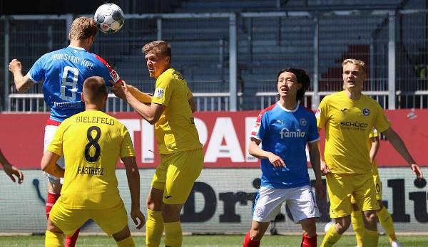 Ne fait pas attention: Alexander Mühling dirige le leader Arminia Bielelfeld 1-1 pour Holstein Kiel.