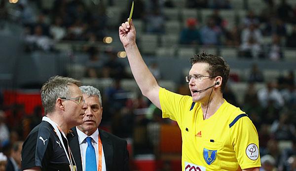 Handball Blaue Karte.Bei Unsportlichkeiten In Der Schlussphase