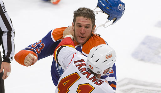 Monster-Fight in der NHL: Raitis Ivanans (Flames) vs. Steve MacIntyre (Oilers)