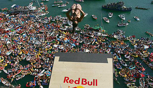Orlando Duque tourt während der Red Bull Cliff Diving World Series quer über den Erdball