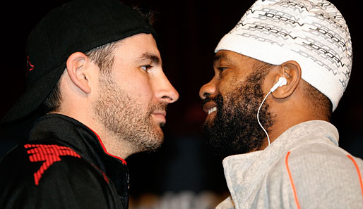 Joe Calzaghe und Roy Jones jr. posieren vor ihrem Fight im New Yorker Madison Square Garden