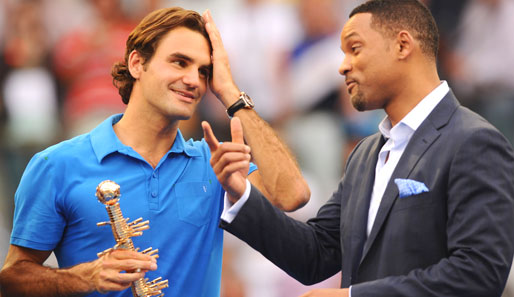 Roger Federer (l.) im netten Plausch mit Hollywood-Superstar Will Smity