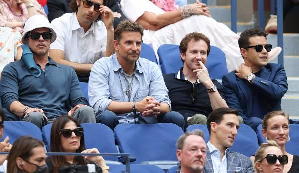 Die Schauspieler Brad Pitt, Bradley Cooper, Joseph Mazzello und Rami Malek schauen das US-Open-Finale.