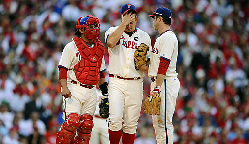 Philiies-Pitcher Joe Blanton (M.) spricht mit Catcher Carlos Ruiz (l.) und Chase Utley (r.)