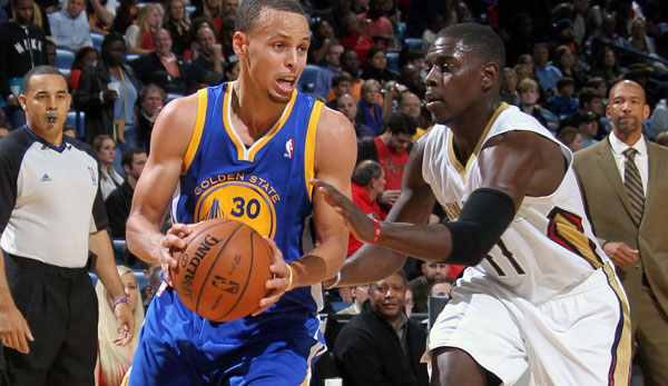 Point Guard Stephen Curry (l., gegen Jrue Holiday) legte fast ein Triple-Double auf
