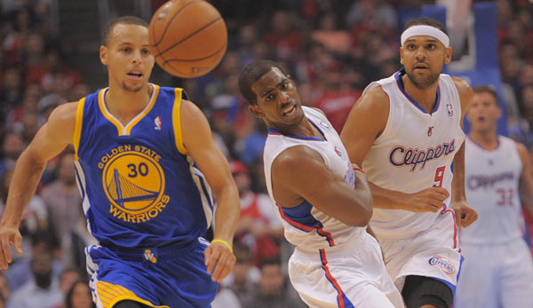 Stephen Curry (l.) will Michael Carter-Williams' Lauf stoppen