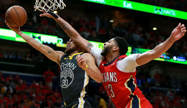 Stephen Curry im Duell mit Anthony Davis.