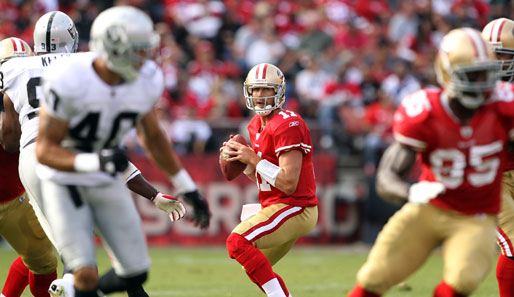 Alex Smith (M.) von den San Francisco 49ers im Pre-Season Game gegen die Oakland Raiders