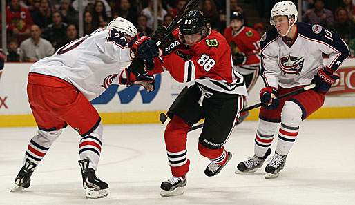 Patrick Kane (M.) besiegte mit Chicago die Blue Jackets