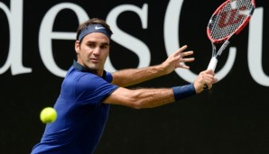 STUTTGART, GERMANY - JUNE 10: Roger Federer of Switzerland returns against Florian Mayer of Germany during the quarterfinals on day 7 of Mercedes Cup 2016 on June 10, 2016 in Stuttgart, Germany. (Photo by Daniel Kopatsch/Bongarts/Getty Images)