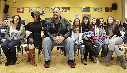 Diva Alicia Fox und The Big Show bei der WrestleMania Reading Challenge in Frankfurt